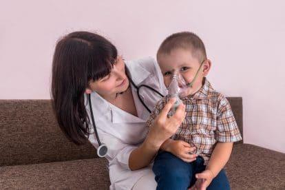 Czy zgłaszając się na pierwszą wizytę do alergologa powinniśmy się jakoś do niej przygotować? Oczywiście tak. W jaki sposób? Tego dowiesz się z naszego tekstu.