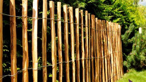 Drewniane płotki ogrodowe – praktyczne i piękne wykończenie każdej rabaty
